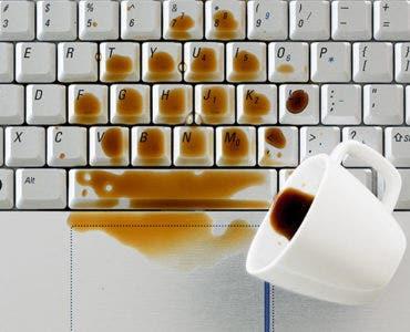 Derrubei café no teclado do notebook, e agora, o que fazer?
